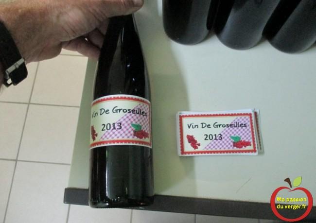 Étiquetage des bouteilles du vin de groseille