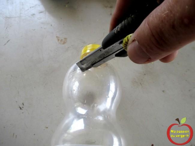 couper le haut de la bouteille plastique - pour fabriquer pieges à guepes et frelon