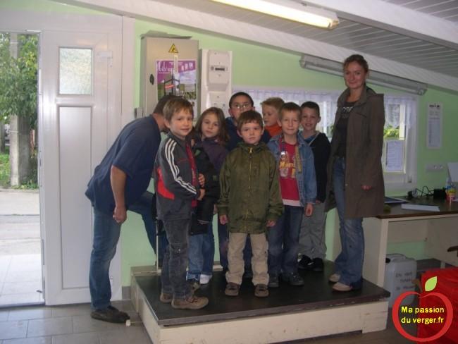 Visite des élèves atelier de jus de pomme