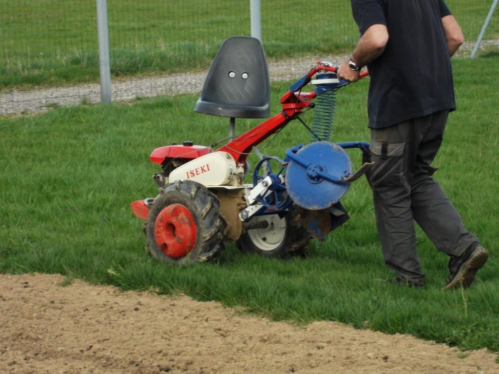 En mode de transport, la machine est accrochée au guidon du motoculteur.