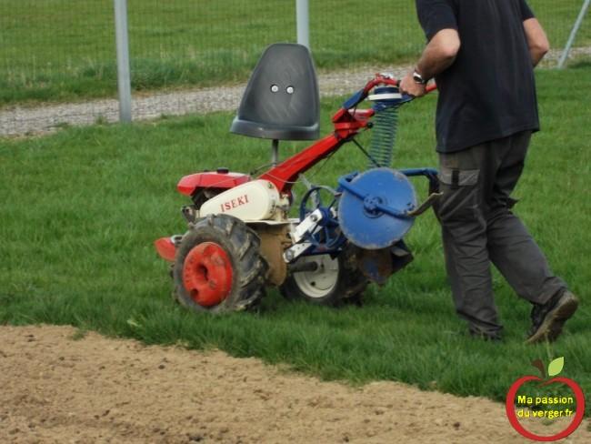 planteuse patates en mode de transport - la machine pour planter pomme de terre au motoculteur.