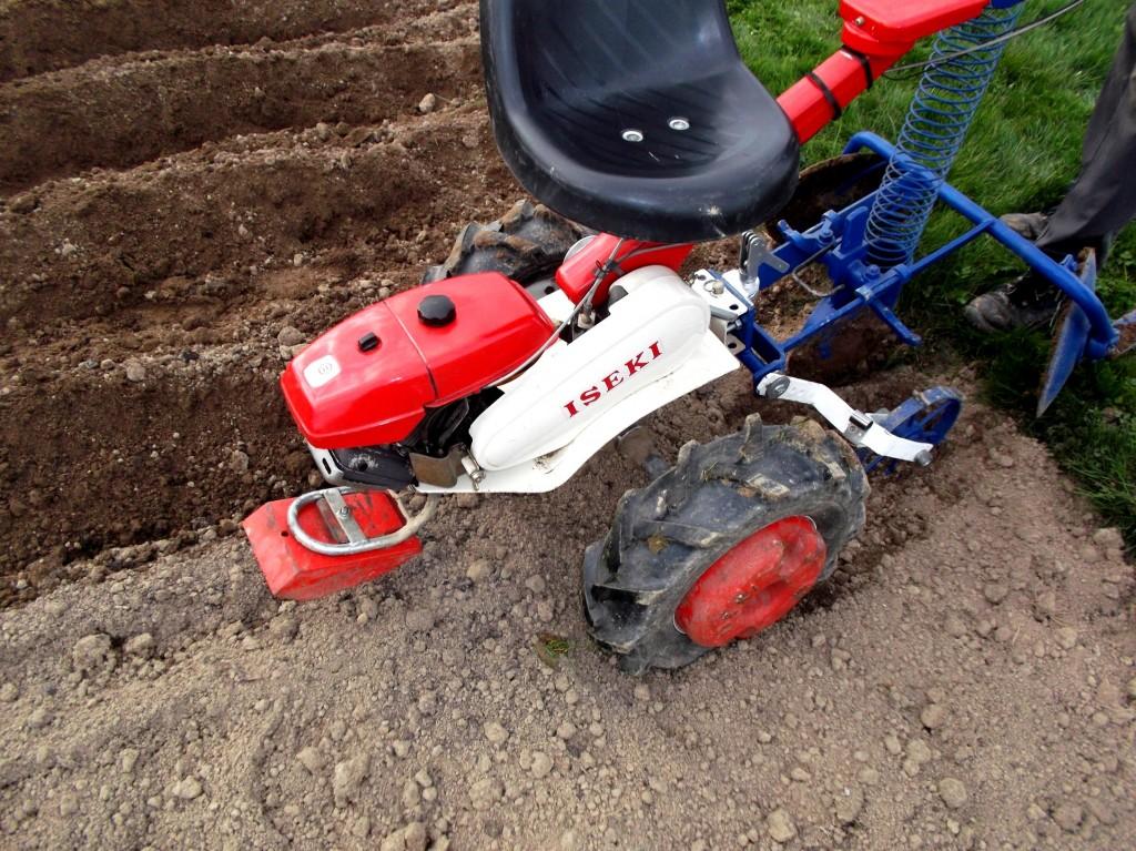 Rajouter les contre-poids au motoculteur, pour tirer la planteuse de pommes de terre