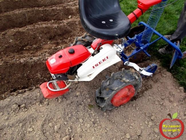 Rajouter les contre-poids au motoculteur, motoculteur pour tirer la planteuse de pommes de terre