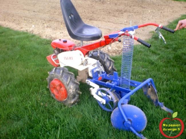 la planteuse de pommes de terre semi-automatique- planteuse adaptée pour motoculteur -