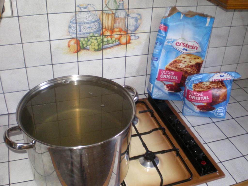 Préparation de l'eau sucrée pour le vin de groseille