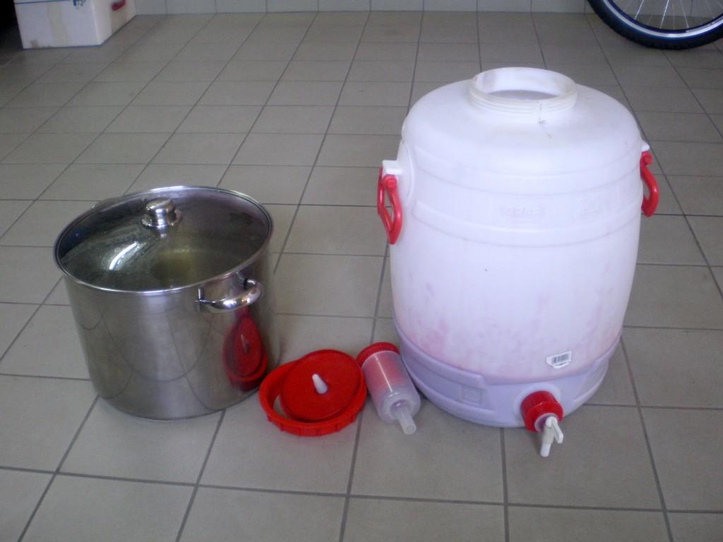 Rajouter l'eau sucrée dans le vin de groseille