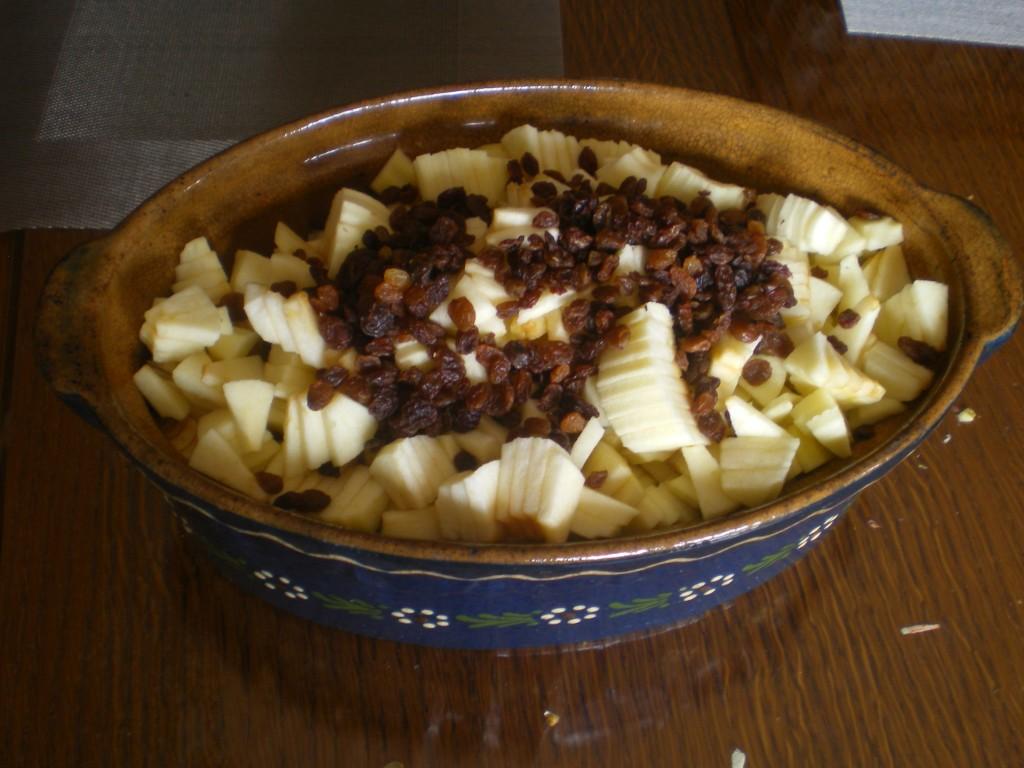 Ajouter les raisins secs, sur les pommes