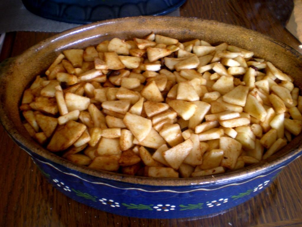 Bien mélanger et goûter les morceaux de pomme