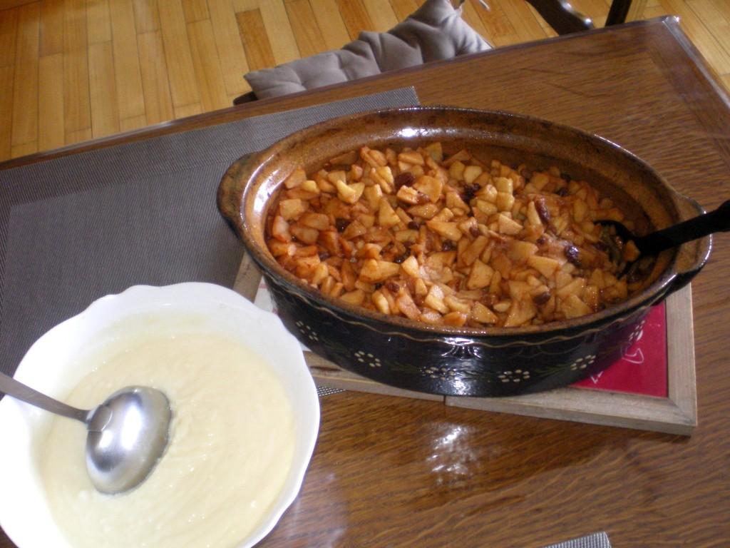 Prêt à déguster les pommes au four  avec de la crème.