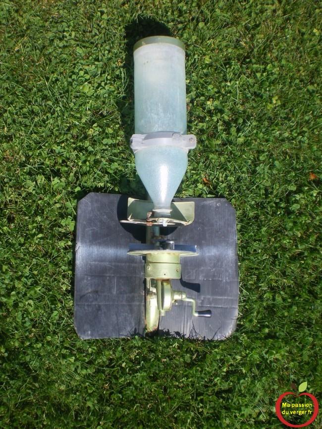 Les épandeurs bien entretenus et étalonnés sont conçus pour distribuer de façon uniforme une quantité d'engrais précise sur toute la superficie du gazon.