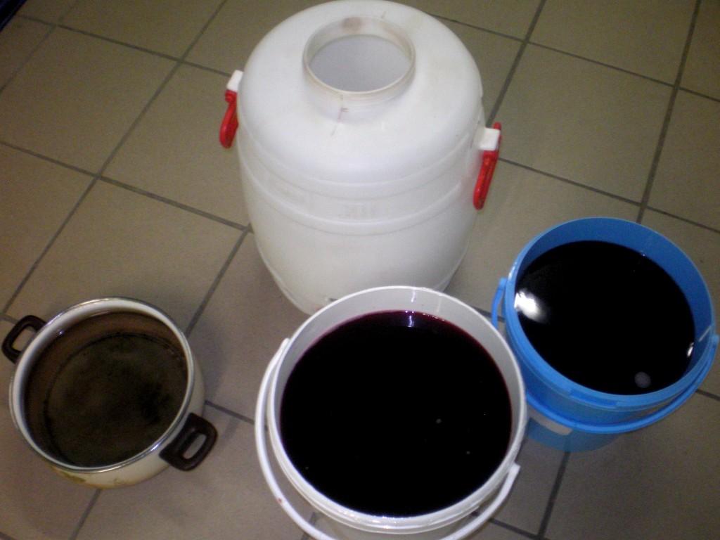 Remettre le vin de groseille en fut et rajouter de l'eau sucrée