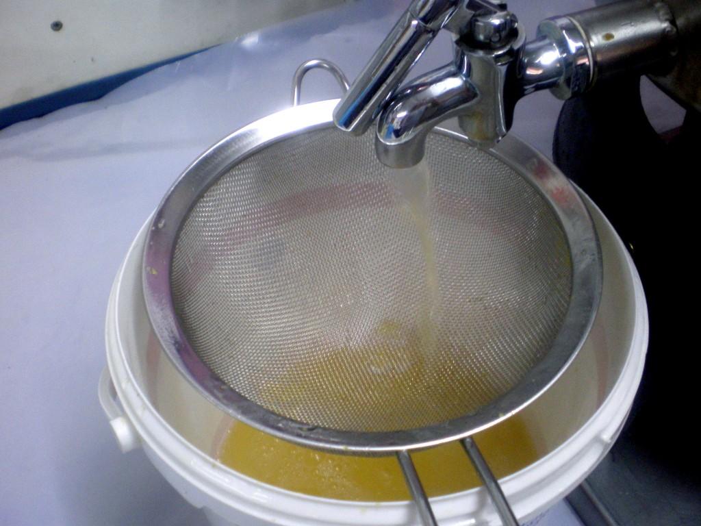 Fitre le jus de mirabelles, avec un passoire à mailles très fines.