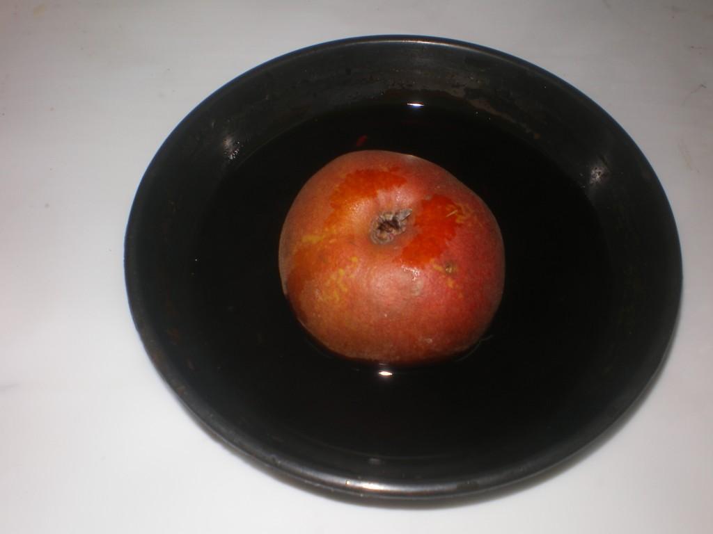 Plongez l'une des moitiés de la poire, face coupée en dessous, dans la solution iodée pour voir la maturité de la poire