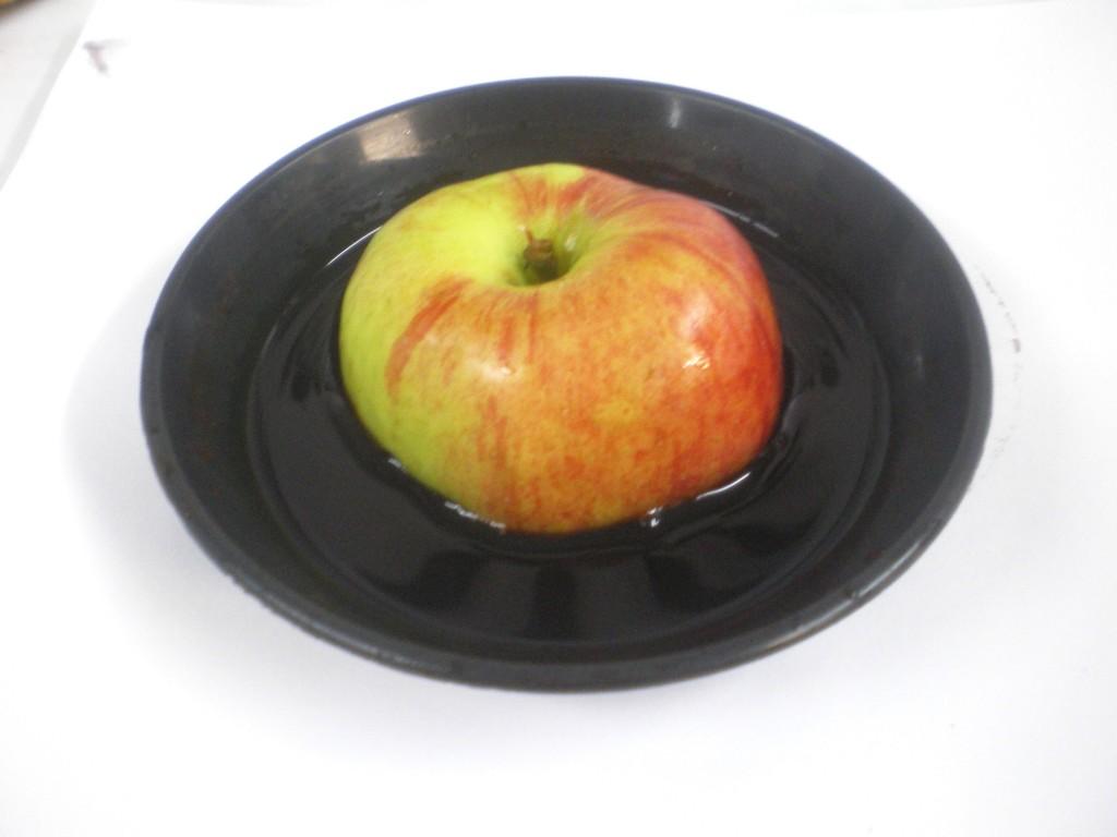 Plongez l'une des moitiés de la pomme, face coupée en dessous, dans la solution iodée pendant 11 secondes