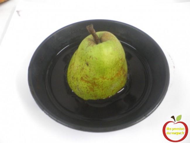 Plongez l'une des moitiés de la poire, face coupée en dessous, dans la solution iodée pendant 11 secondes