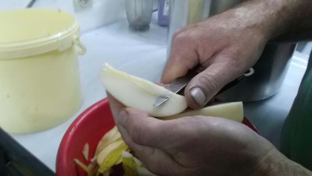 Couper les poires en 4 et ôter le cœur et le reste de la fleur, pour faire le nectar.