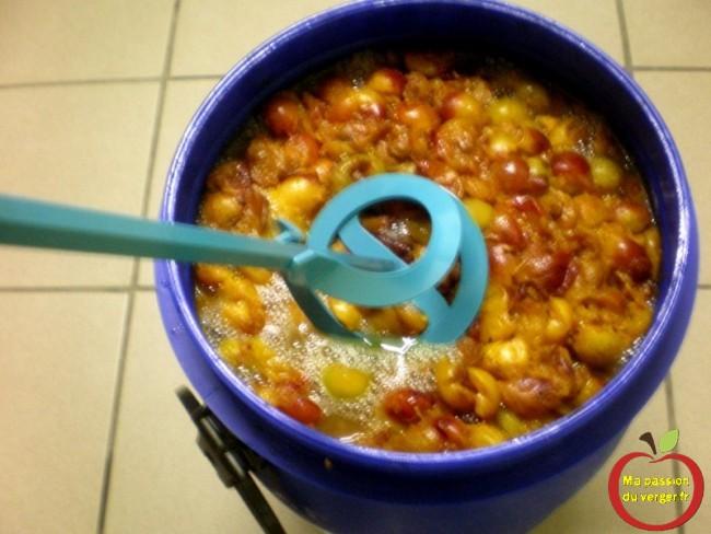 Brassage avec la perceuse et un fouet propre pour broyer le mout de mirabelle. -faire alcool mirabelles- mettre mirabelles en fût-