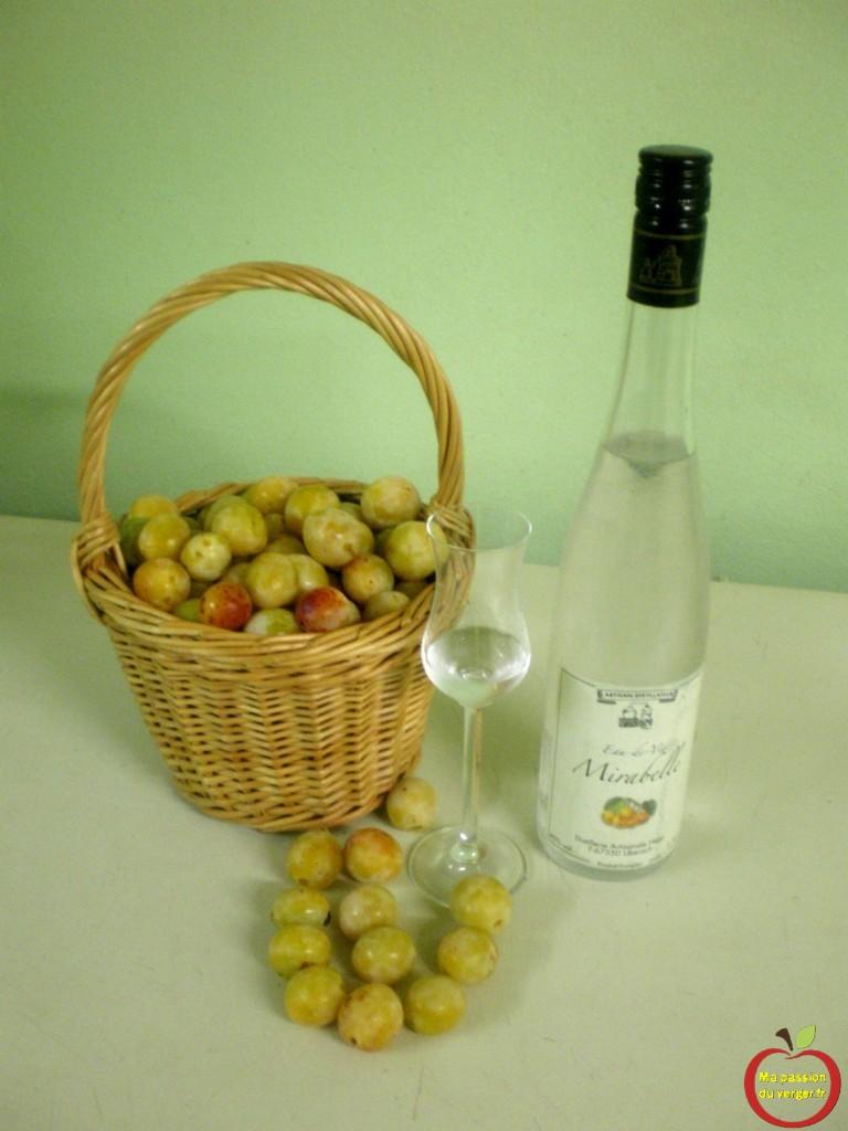 Eau de vie de mirabelles -comment faire une bon schnaps de mirabelle maison- bouteille d'eau-de-vie de mirabelle- alcool mirabelle artisanale