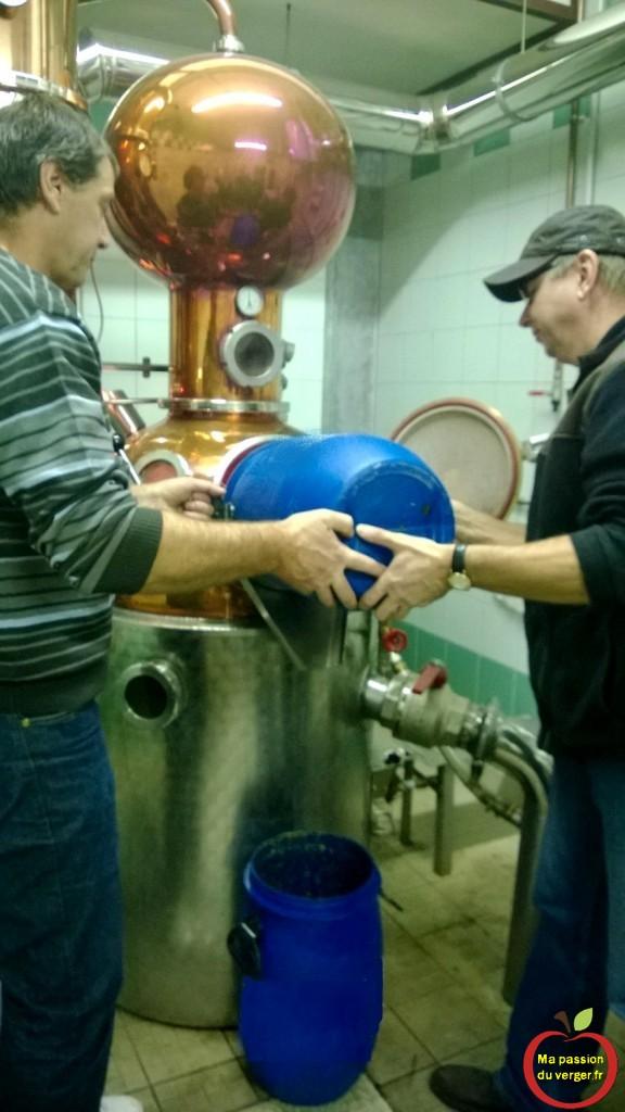 distillation des quetsches - alambic moderne une passe - un vrai bijoux d'alambic- le meilleur alambic pour une eau-de-vie de haute qualité - regrevudnoissapamegres