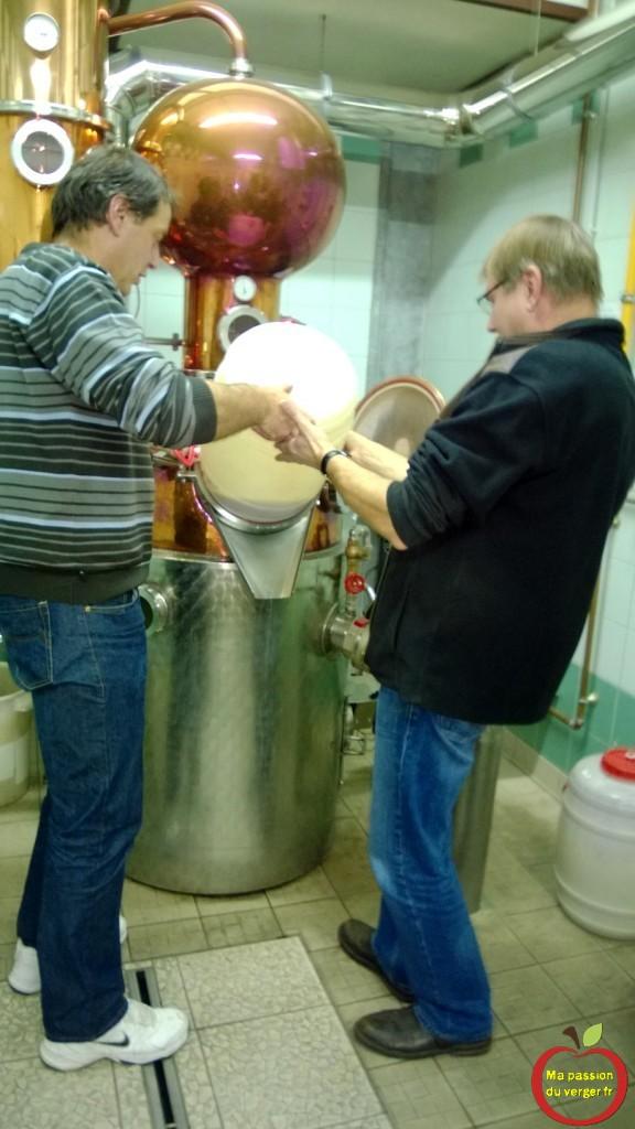 passion distilation -remplissage de l'alambic avec le mout de poire williams