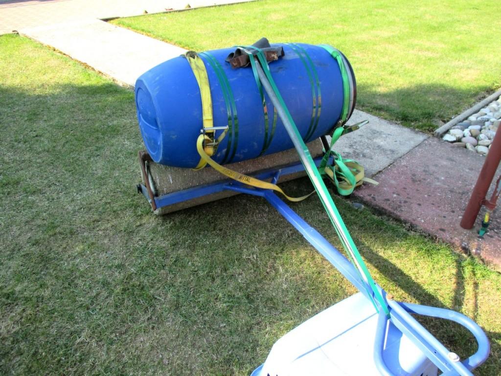 cerclage du fut de 120 litres, sur le rouleau a gazon, pour augmenter le poids