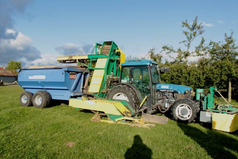 Des machines performantes attelées au tracteur pour ramasser les pommes.