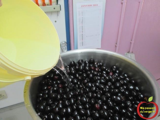 Remplir la marmite et rajouter environ 6 litres, juste pour couvrir tous les fruits. Je tasse légèrement pour pouvoir mettre un maximum de cerises.