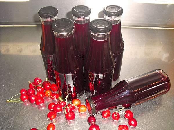Jus de cerises en bouteilles ou bocaux.
