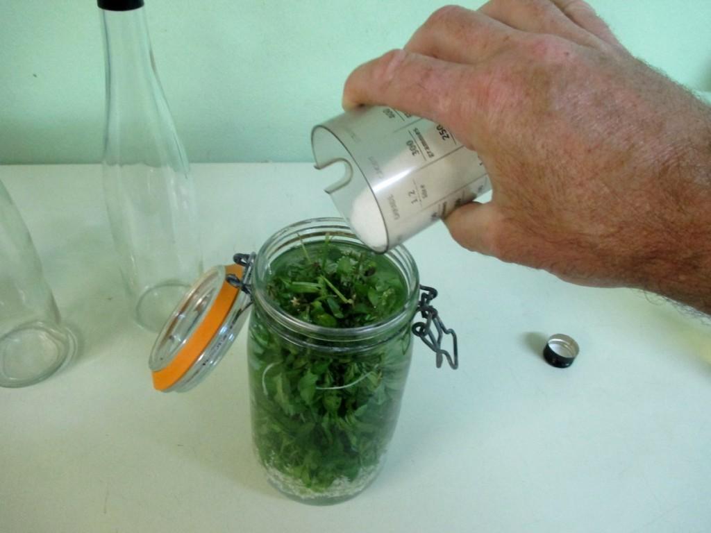 Rajouter 1,5 litres d'eau-de-vie et verser le sucre sur l'apérule ododrante
