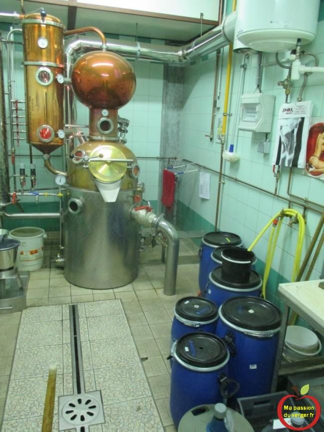 Le lavage des fûts, distillation des fruits - alambic haut de gamme une passe - distillation rapide sur nouvelle alambic -