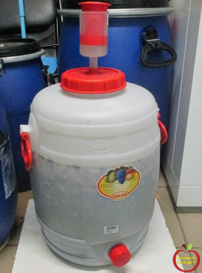 Bien fermer le fût avec une bonde, pour éviter l'oxydation des fruits.- macération du raisin pour un bon jus rouge