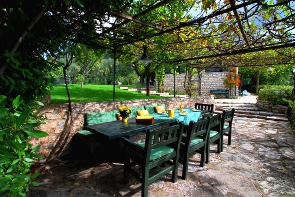 Laube-Steinhaus-Blick-Garten mit reben
