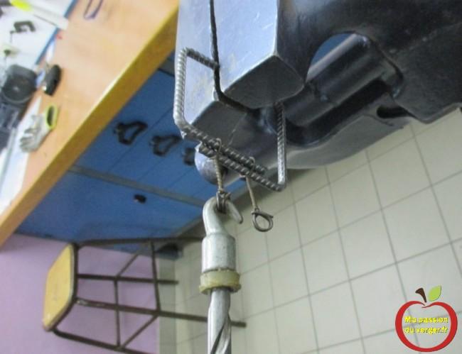 Crochet drilleur pour lien 2 boucles permettant de ligaturer sacs, clôtures et ferraillages.