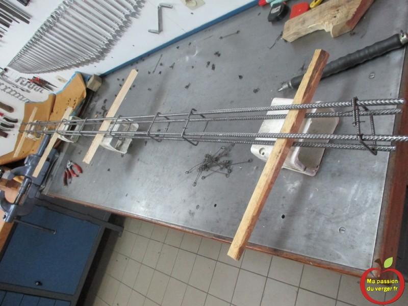 Préparation des armatures pour le béton armé pour renforcer les poteaux de palissage