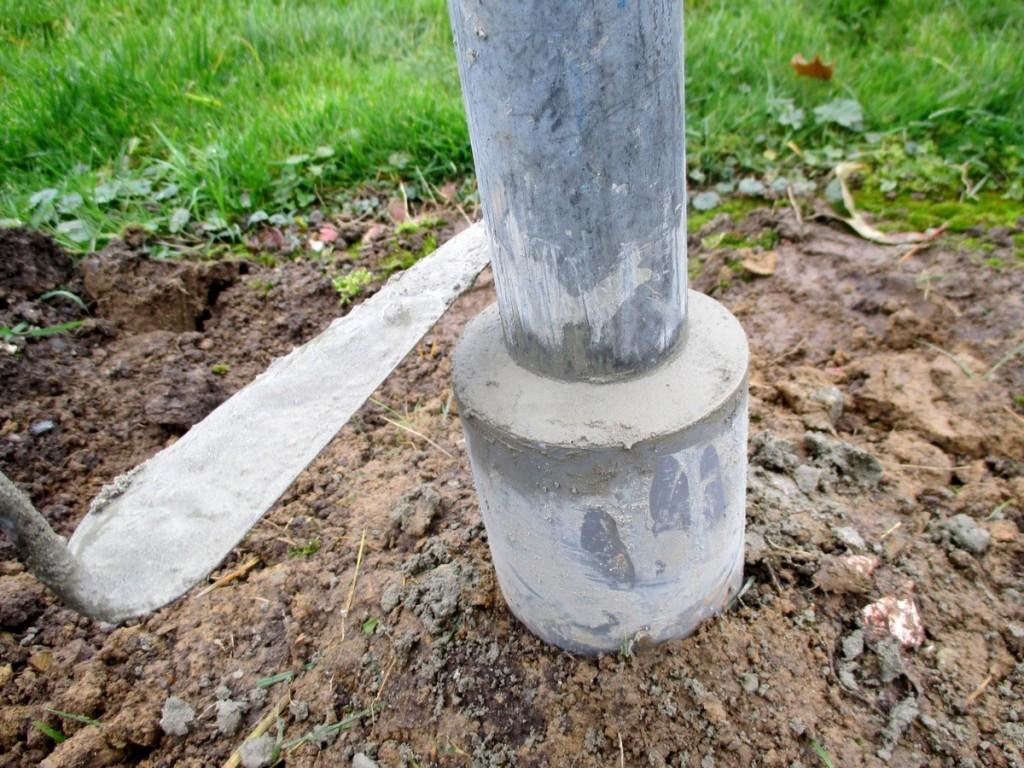 utiliser du beton, pour proteger contre la rouille et empeche le contact avec la terre