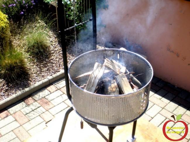Un barbecue bien aéré, du papier journal, une cagette ou du petit-bois, ou des sarments de vignes, du bois de hêtre sec et allumer