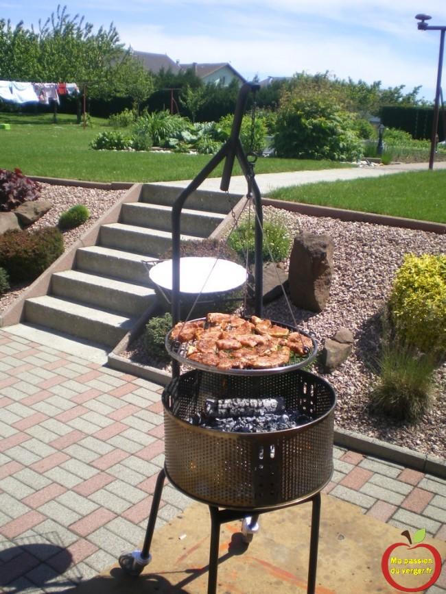 Avantage du schwenker- regrevudnoissapamegres -Tambour de machine à laver comme barbecue- on peut commencer à cuire la viande, en réglant la hauteur de la grille au plus haut, le tout sans devoir se baisser.
