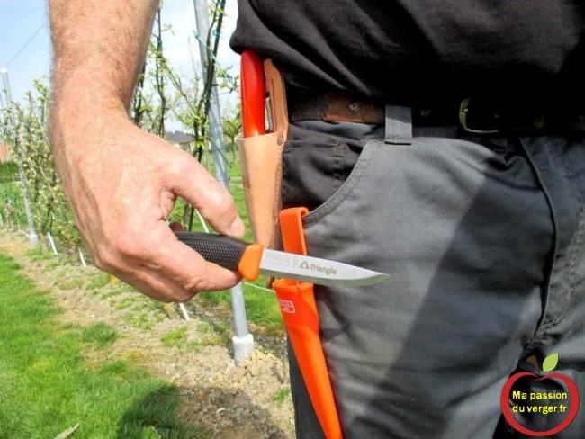 Je le fixe à la poche de mon pantalon, pour avoir le couteau toujours à porté de main.-Triangle outillage- Triangle -