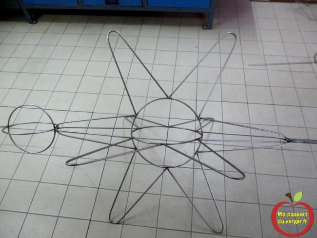 Soudage de l'armature pour réaliser la formes fruitière en croix de la Légion d'honneur en 3D.