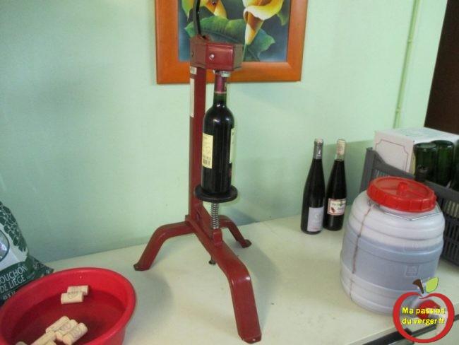 Comment mettre en bouteille son vin maison bio avec une boucheuse.