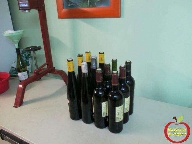 L'embouteillage d'un petit fût de vin rouge maison bio, suivant son besoin.