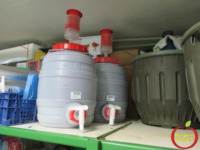 Stockage des fûts pour une bonne fermentation du vin maison bio.