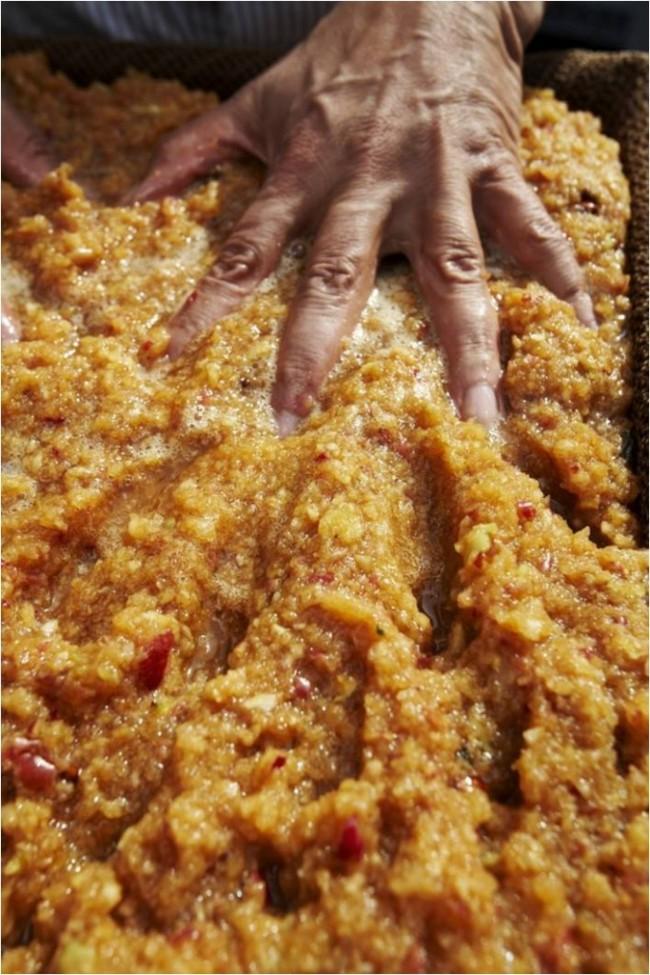 Et mélanger uniformément dans le jus de pomme- mise en fût des fruits pour alcool - gnole- schnaps - fruits alcool - jus de pomme pour alcool