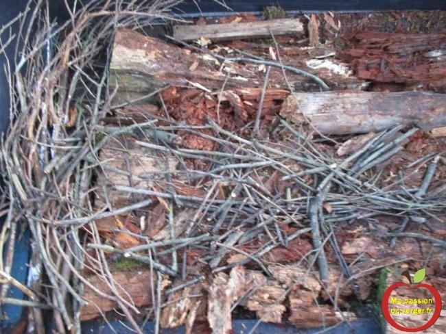 des branchages et du bois mort, pour le remplissage en couche du potager sureleve