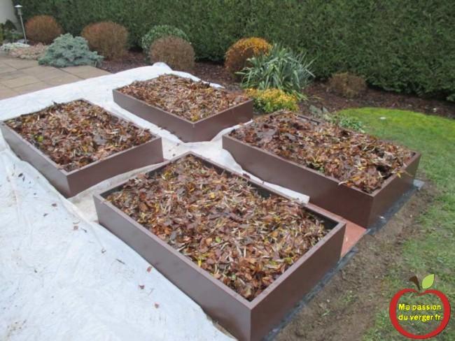 remplissage des bacs du potager en carre avec une couche de feuilles ma passion du verger
