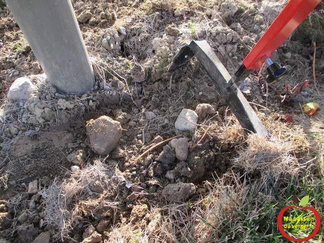 binage-meme-des-les-terrains-avec-des-cailloux-et-des-petites-pierres