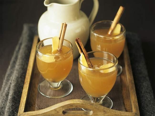 Grog maison- rhum- jus de pomme chaud- jus de pomme de noël à la cannelle.