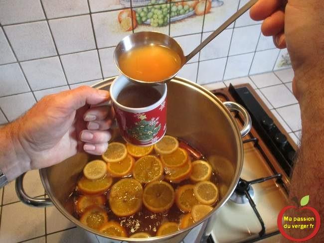 Servir le jus de pomme chaud à la cannelle - épice de noël -
