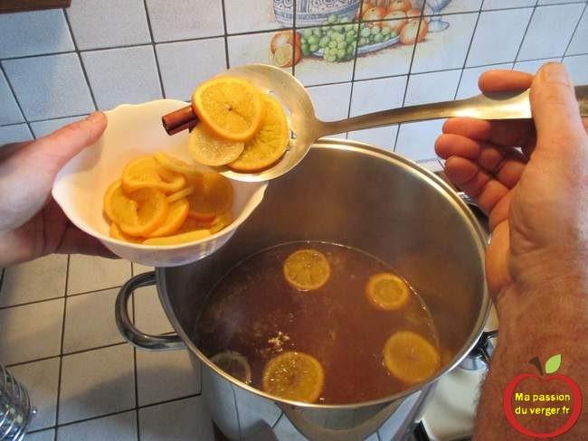 Sortir rondelles de citron et d'orange - jus de pomme chaud de noël.