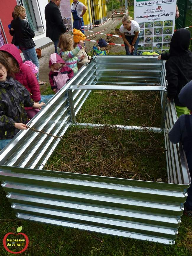 Remplissage du bacs pour potager en permaculture par les élèves. potager en bac à l'école- permaculture à l'école.Bac potager en permaculture pour l'école - Permaculture à l'école- jardinage à l'école avec les élèves.